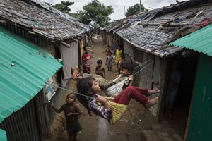 Thumbnail 246915 BANGLADESH -  Siblings Play on swings by their home in a part of Kutupalong refugee camp | © UNHCR/Andrew McConnell