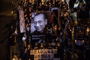 Thumbnail 246823 HONG KONG-CHINA-eople attend a candlelight march for the late Chinese Nobel laureate Liu Xiaobo | © DALE DE LA REY/AFP/Getty Images