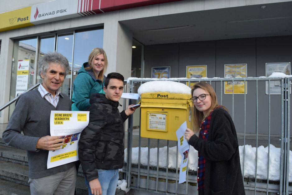 Die Schülervertretung mit Prof. Wagner brachten am 18. Dezember 240 Protestbriefe auf den Weg.