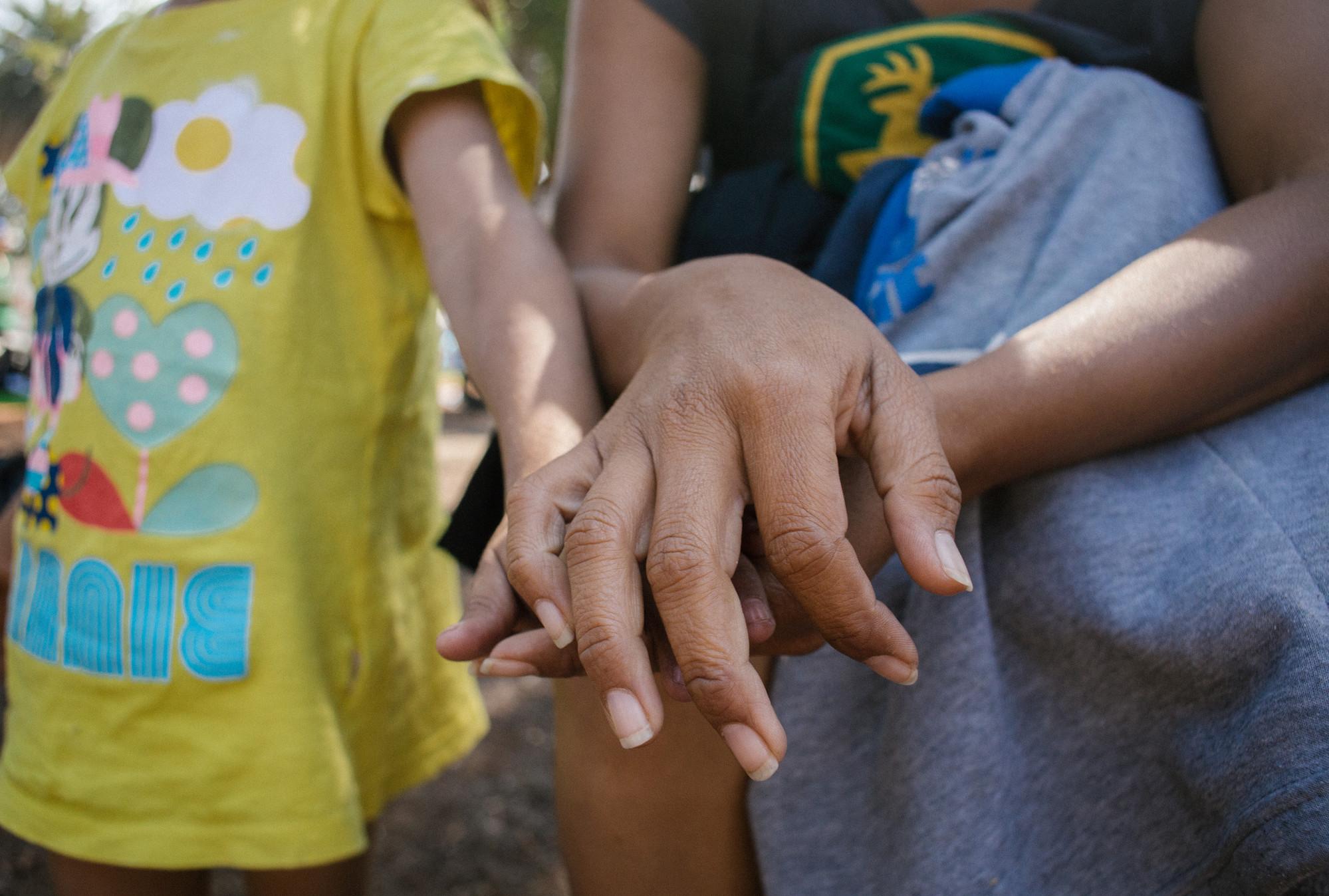 Claudia with Child | © Sergio Ortiz/Amnesty International