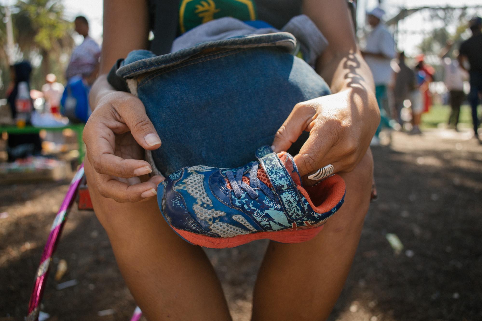 Claudia with Shoe | © Sergio Ortiz/Amnesty International