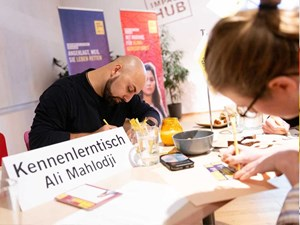 Thumbnail Ali Mahlodji beim Amnesty Briefmarathon 2019 | © Christoph Liebentritt/Amnesty International