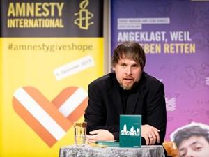 Thumbnail Briefmarathon am Giving Tuesday: Lukas Pellmann liest aus seinem Roman