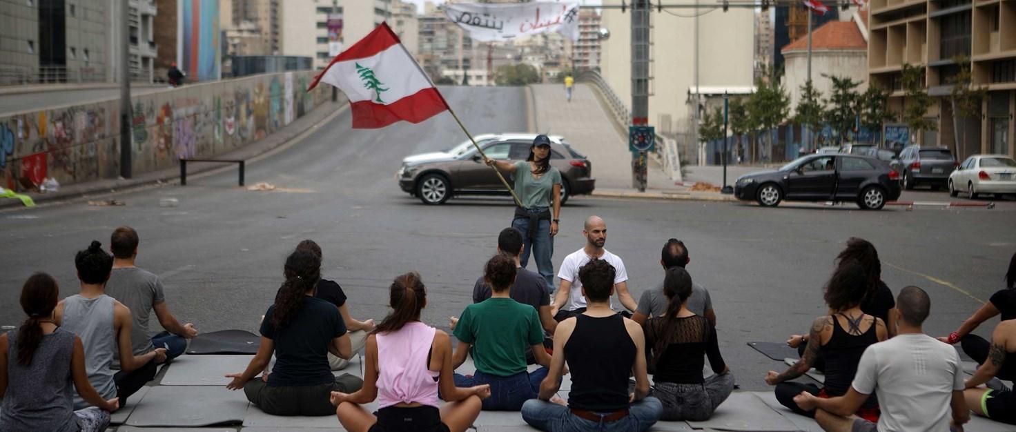 libanon-proteste-friedliche-strassenblockade-yoga-AFP via Getty Images 268458 | ©  AFP via Getty Images